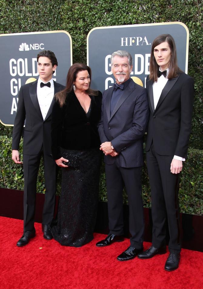 Elegancija, ljubav i stil: Pirs Brosnan i Kili Šej Smit sa sinovima na Zlatnom globusu