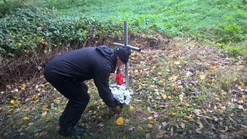 Ojciec Iwony Cygan w miejscu, gdzie znaleziono ciało jego córki