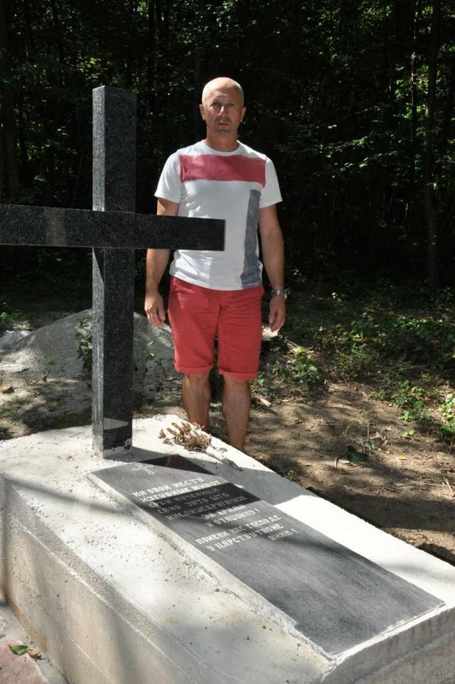 Slobodan Milinković pored spomenika žrtvama u Maljevačkoim jarugama