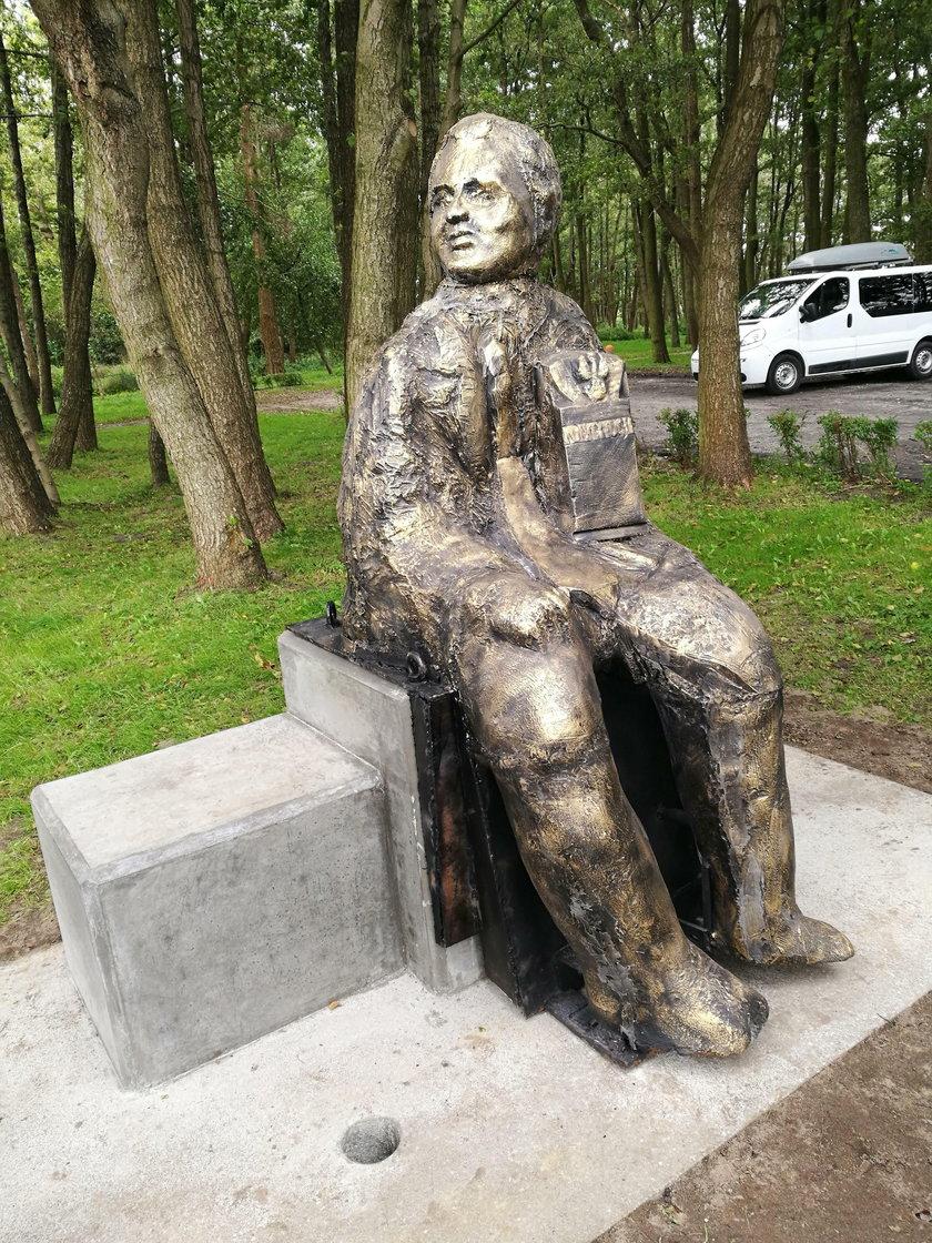 Postawili pomnik zmarłemu politykowi PiS. Podobny?