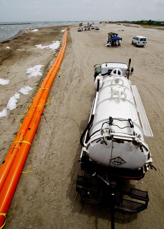 Katastrofa w Zatoce Meksykańskiej: Grand Isle, Louisiana, USA. Ropa zebrana z plaży zostaje wessana do cysterny. Foto: Derick E. Hingle/Bloomberg