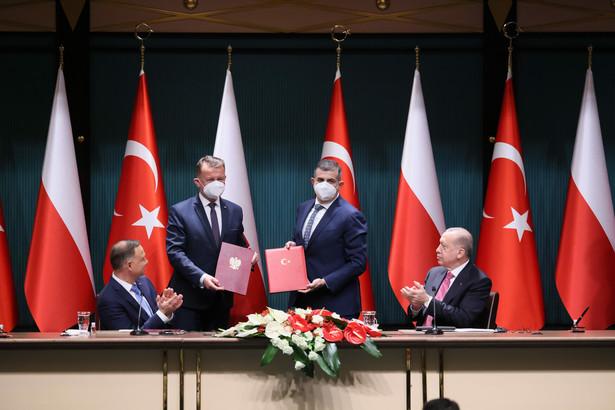 Ankara, Turcja, 24.05.2021. Prezydent RP Andrzej Duda (L), prezydent Republiki Turcji Recep Tayyip Erdogan (P), minister obrony narodowej Mariusz Błaszczak (2L) i prezes zarządu koncernu zbrojeniowego Baykar Haluk Bayraktar (2P)