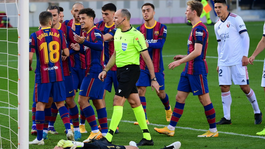 PIłkarze FC Barcelona cieszą się po strzeleniu pierwszego gola w meczu z Osasuną