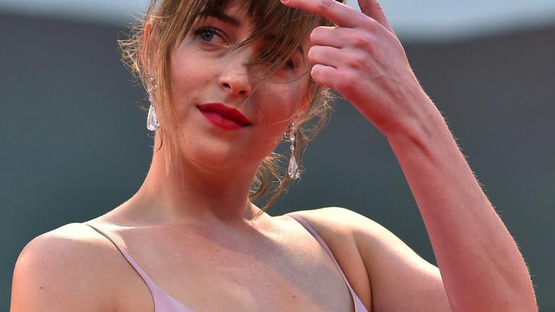 """Do Wenecji Dakota Johnson przyjechała, by promować dwa swoje nowe filmy –gangsterski """"Pakt z diabłem"""" (""""Black Mass""""), w którym zagrała z Johnnym Deppem oraz """"A bigger splash"""" – historię gwiazdy rocka przeżywająca kryzys po utracie głosu."""