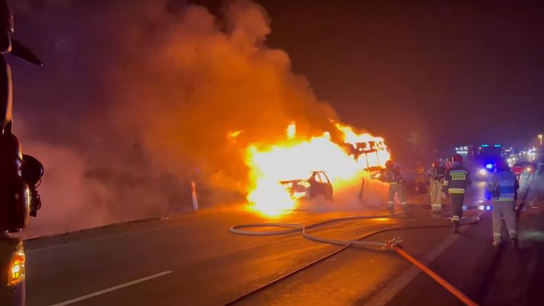 Akcja gaśnicza po czołowym wypadku busa z samochodem osobowym. Kadr z filmu OSP_pl