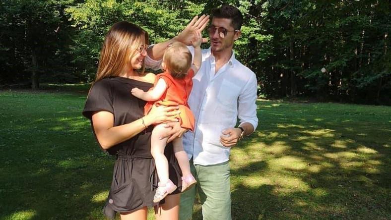31a8376e6 Robert Lewandowski pokazał zdjęcie z rodziną. Internauci żartują z ...