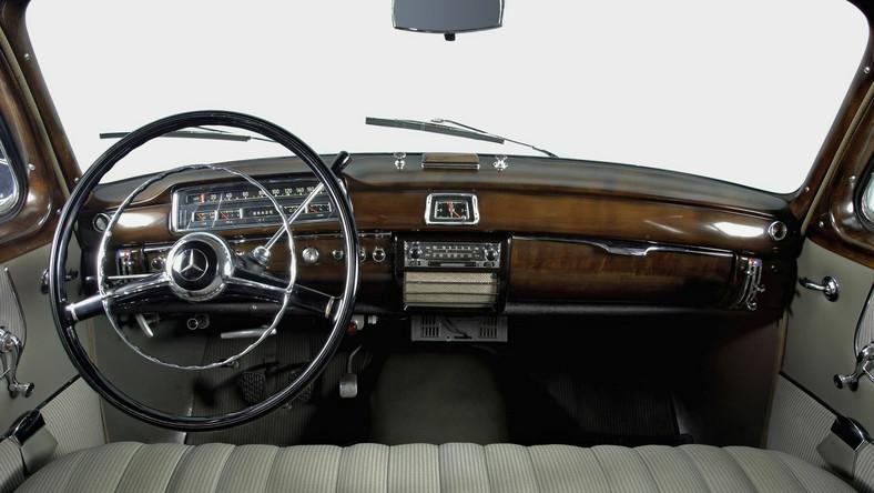 """Mercedes """"Ponton"""" z prawdziwym drewnem na desce rozdzielczej"""