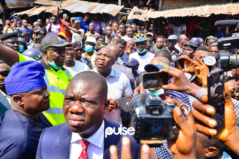 Lagos Governor Akinwunmi Ambode shows up at scene of Lagos building collapse (Pulse)