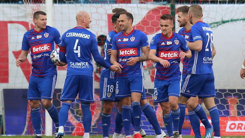 Radość zawodników Piasta Gliwice ze zdobytej bramki, podczas meczu 21. kolejki piłkarskiej Ekstraklasy z KGHM Zagłębiem Lubin