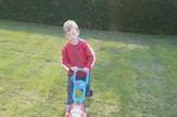dečak travnjak bela kuća arhivska fotografija