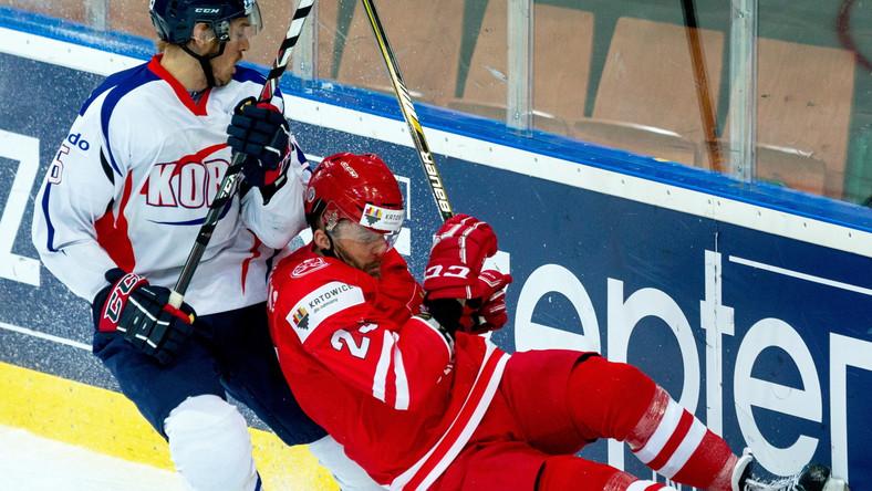 Bartłomiej Bychawski (P) i Koreańczyk Don Ku Lee (L), podczas meczu Mistrzostw Świata Dywizji 1A w hokeju na lodzie