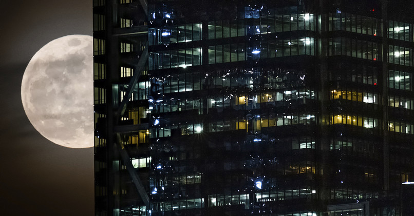 Pohľad na supermesiac cez v blízkosti Svetového obchodného centra v New  Yorku 23b66961dcd