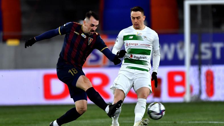 Piłkarz Pogoni Szczecin Michał Kucharczyk (L) i Maciej Gajos (P) z Lechii Gdańsk podczas meczu Ekstraklasy