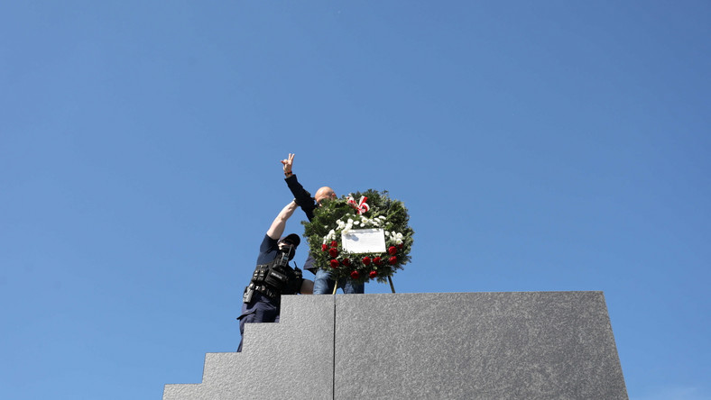 Mężczyzna wdrapał się z wieńcem na pomnik Ofiar Tragedii Smoleńskiej