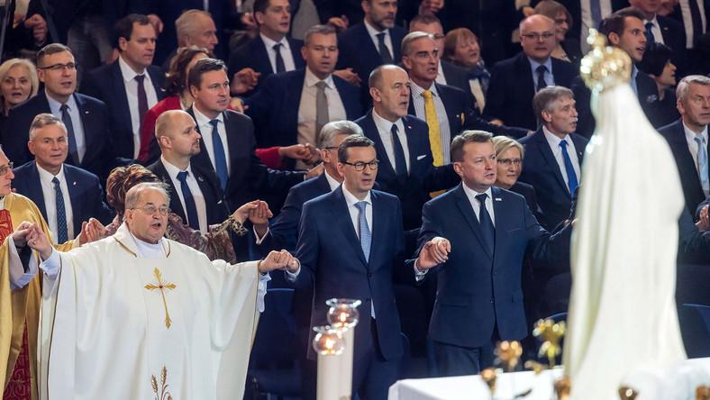 Mszy przewodniczył metropolita szczecińsko-kamieński abp Andrzej Dzięga. Koncelebruje ją kilkunastu biskupów. W Arenie Toruń, gdzie jest sprawowana, i w namiotach przed znajduje się ok. 10 tys. osób - słuchaczy radia. W uroczystościach rocznicowych biorą udział także minister-członek Rady Ministrów Beata Kempa, sekretarz stanu w Kancelarii Prezydenta Adam Kwiatkowski, wiceministrowie, parlamentarzyści i przedstawiciele lokalnych władz - prezydent Torunia Michał Zaleski oraz wojewoda kujawsko-pomorski Mikołaj Bogdanowicz.