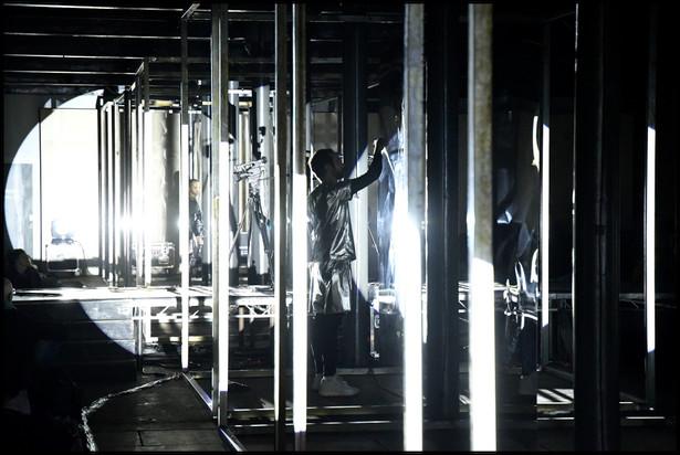 """Czym jest opera-instalacja i dlaczego nadal warto komponować opery, choć nikt w nich nie śpiewa? Dlaczego ciało jest ważne, gdy słuchamy muzyki i czy możemy usłyszeć i poczuć dźwięki poprzez kości czy skórę? Czy idąc do filharmonii nasze ciało staje się uwięzione i zignorowane, ograniczone tylko do pary aktywnych uszu? W trakcie oprowadzenia po opero-instalacji """"Body-Opera"""" Wojtek Blecharz postara się odpowiedzieć na te i inne zagadnienia. Spróbuje wytłumaczyć, dlaczego ta opera potrzebuje stu mat do jogi, stu poduszek, stu głośników oraz ośmiuset metrów kabli. Fot. Brian Slater"""