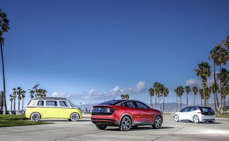 Modele I.D. (biały), I.D. BUZZ (żółty) i I.D. CROZZ (czerwony) są pierwszymi, przy pomocy których Volkswagen od 2020 roku w krótkich odstępach czasu rozpocznie ofensywę pojazdów elektrycznych. Auta nowej generacji pojawią się w Europie, Chinach i w USA