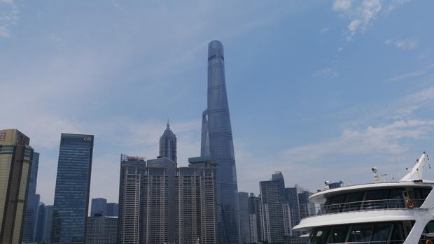 Widok na Shanghai Tower z drugiej strony rzeki