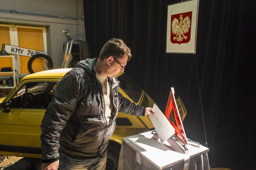 Komisja wyborcza w Czerwonaku zamieniła się w warsztat samochodowy