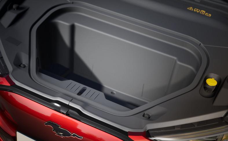 Mustang Mach-E kryje niespodziankę: 100-litrowy przedni bagażnik z odprowadzeniem wody. Ford twierdzi, że jest to idealne miejsce do schowania mokrej lub zabłoconej odzieży sportowej, butów turystycznych lub sprzętu plażowego bezpośrednio po jego użyciu