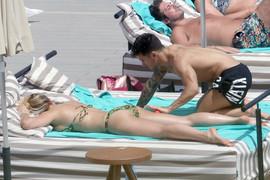 NISU SHVATILI DA IH SLIKAJU Glumica se opustila sa dečkom na plaži, pa pridržavala kupaći da ne spadne
