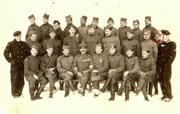 Grupna fotografija srpskih zarobljenika. U krugu otac Vitomir