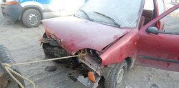 Kierowca po wypadku spędził mroźną noc w aucie. Nikt go nie widział...