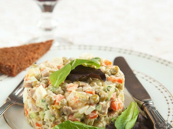 Ovih dana se davimo u ruskoj salati: A kada čujete koji ZAPRAVO sastojci idu u nju i kako se ZAISTA ZOVE - ostaćete u čudu