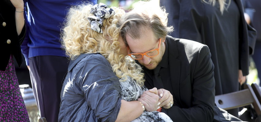 Magda i Lara Gessler zalały się łzami na pogrzebie Piotra Gesslera [WIDEO]