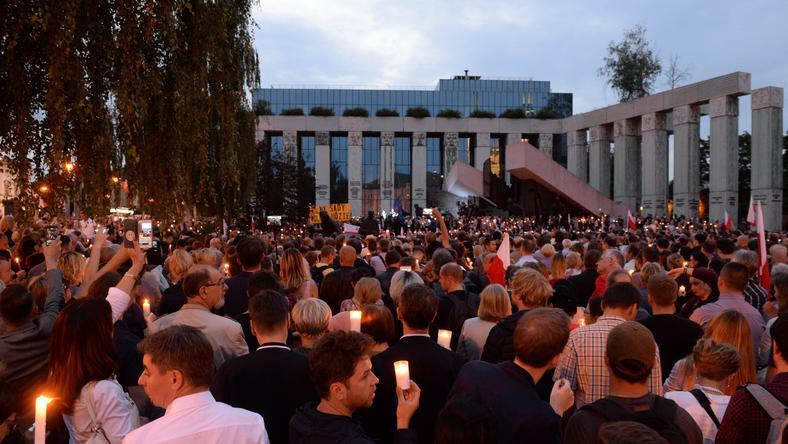 """W ramach akcji demonstranci przynieśli świece, by stworzyć """"wokół budynku Sądu Najwyższego i sądów powszechnych łańcuchświatłai czystych intencji"""""""