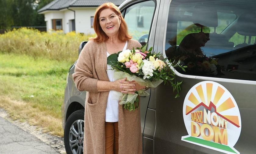 """Katarzyna Dowbor od lat niesie pomoc potrzebującym w programie """"Nasz nowy dom""""."""