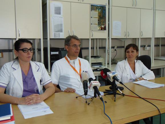 Pomoćnik direktora KC Niš dr Goran Stanojević i dr Branka Mitić (desno) na današnoj pres konferenciji