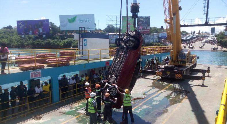 Kenya navy retrieve vehicle and body, that plunged into the Indian ocean on Saturday [Video and Photos