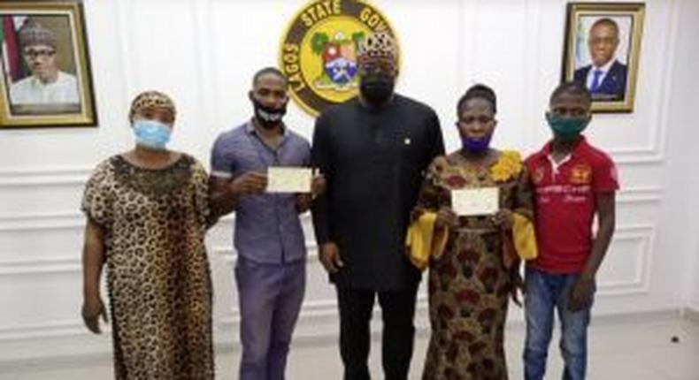 Gov. Sanwo-Olu's Deputy Chief of Staff, Mr Gboyega Soyannwo (centre) and families of late RRS officers during presentations of N10 million cheque each to them.  [NAN]