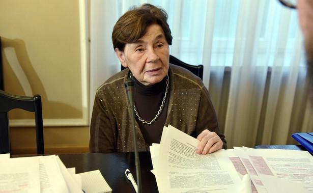 """Romaszewska pytana w Polsat News, czy niezwoływanie przez I prezes Sądu Najwyższego posiedzenia Krajowej Rady Sądownictwa """"paraliżuje wymiar sprawiedliwości"""" powiedziała: """"oczywiście, że paraliżuje"""". """"Pani prezes (Gersdorf-PAP) pewnie usiłuje pokazać, że jest ważnym profesorem i że bez niej nic się nie będzie odbywać. Każdy lubi być ważny. Oczekuję, że zwoła wreszcie posiedzenie Krajowej Rady Sadownictwa. To już czas"""" - zaznaczyła Romaszewska."""