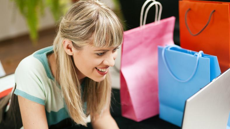 Kobieta robiąca zakupy online