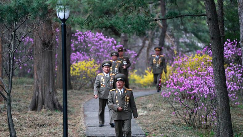 Wojskowi w miejscu urodzin Kim Il Sunga