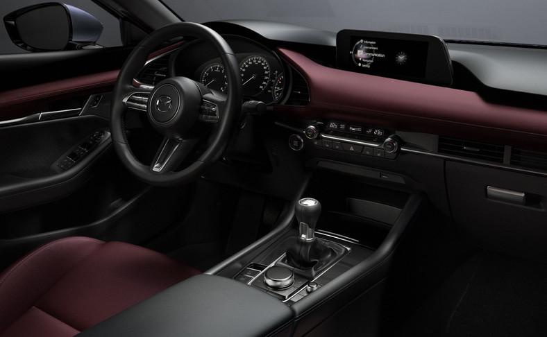 Nowa Mazda3 wyposażona jest w ekran centralny o przekątnej 8,8 cala. Menu wywołuje się i wybiera przy użyciu pokrętła wielofunkcyjnego, a wyświetlane na ekranie nowe, intuicyjne w obsłudze menu dodatkowo ułatwia posługiwanie się sterownikiem