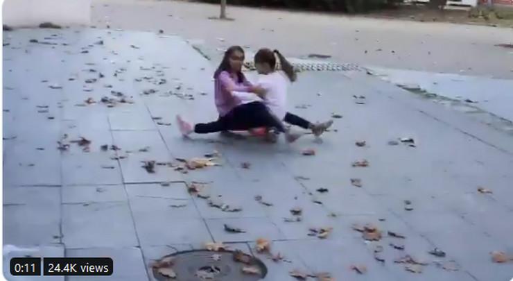 Devojčice koje se vrte na haverbordu