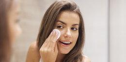 Jak myć twarz? Olejkiem, płynem micelarnym, bez użycia wody