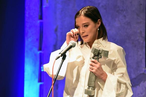 MILENA RADULOVIĆ U SUZAMA: Glumica je dobila veliku nagradu i posvetila je posebnim osobama - za nju su one HEROJI! (FOTO)