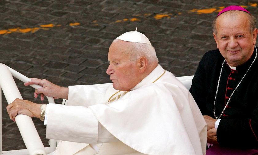 """Kardynał Dziwisz """"przebacza ojczyźnie""""."""