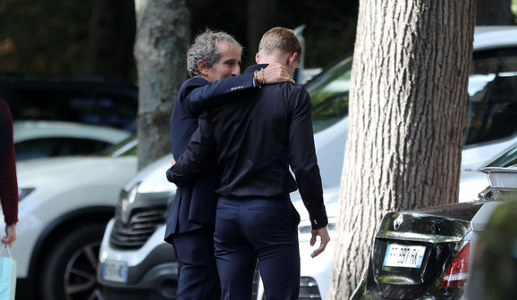 Alan Prost i Majklov sin Mik Šumaher dolaze u bolnicu u Parizu