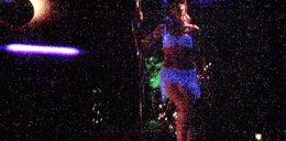 Matka Madzi tańczy przy rurze! W nocnym klubie