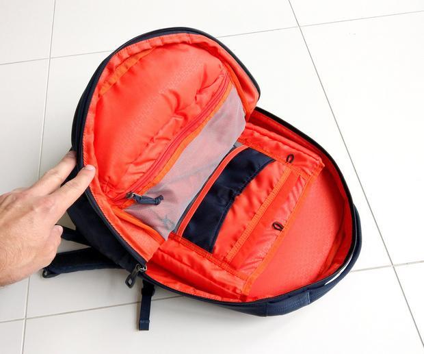 We wnętrzu plecak też jest pomarańczowy