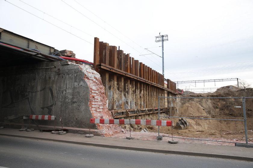 Rozkopany wiadukt kolejowy i nasyp