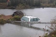 auto u jezeru