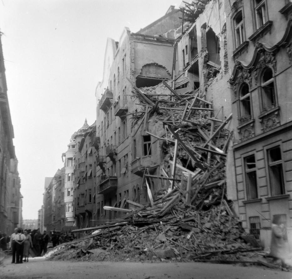 Az első szovjet tank 1944. november 3-án jelent meg Budapest határában, a város 102 nap után adta meg magát / Fotó: FORTEPAN Dienes Balázs