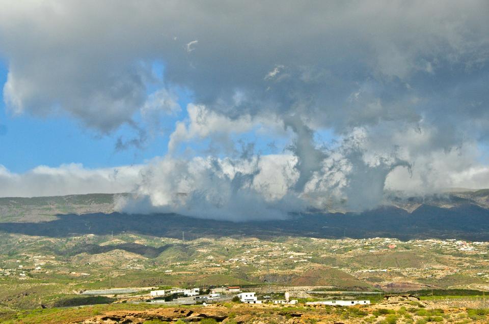 Warto odwiedzić monumentalne klify Los Gigantes na zachodzie wyspy oraz górski masyw Teno z urokliwą wioską Masca.