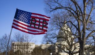 Po zamieszkach Kapitol jak twierdza, w Waszyngtonie niedowierzanie